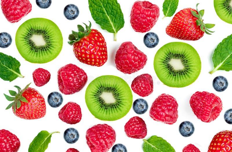 混合在白色背景隔绝的莓果,顶视图 草莓、莓、猕猴桃、蓝莓和薄荷的叶子,平的位置 库存照片