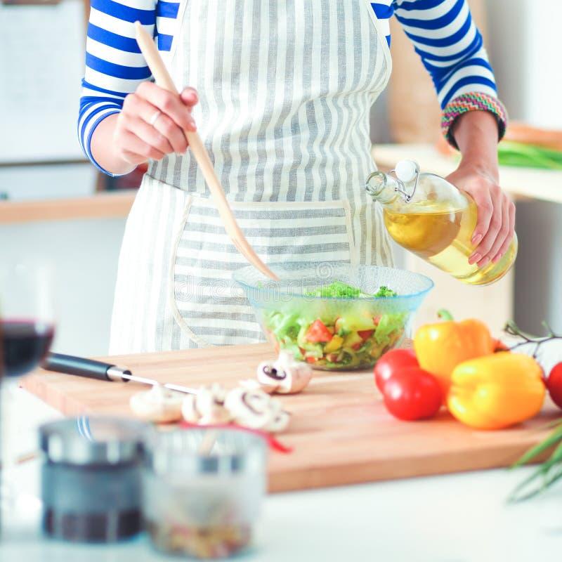 混合新鲜的沙拉的少妇 免版税库存照片