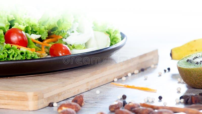 混合水果和蔬菜,新鲜蔬菜沙拉的健康吃混合在木桌上冠上的 免版税库存图片