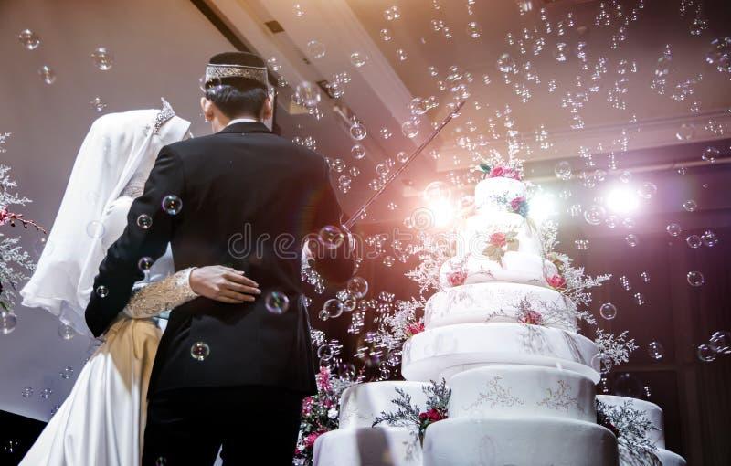 混合现代musalim婚礼对切开蛋糕 库存图片