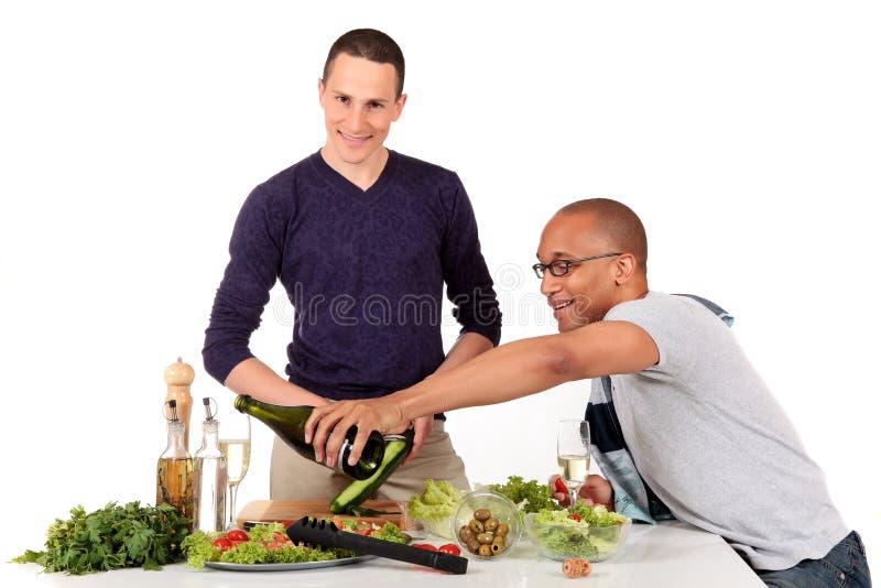 混合的夫妇种族快乐厨房 免版税库存图片