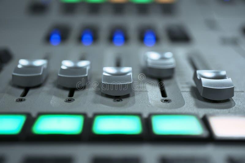 混合的控制台音量控制器 音乐和光生产 库存图片
