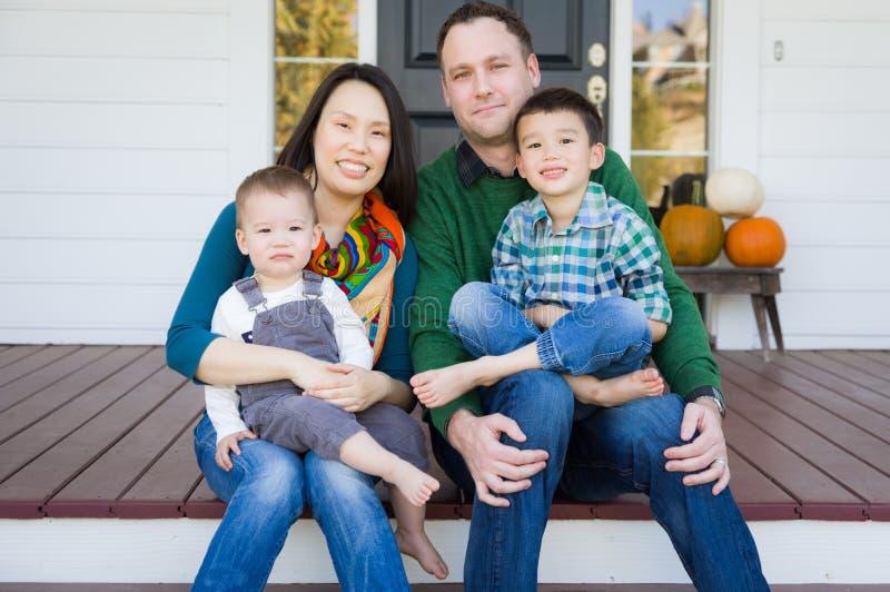 混合的族种中国和白种人年轻家庭画象 库存照片
