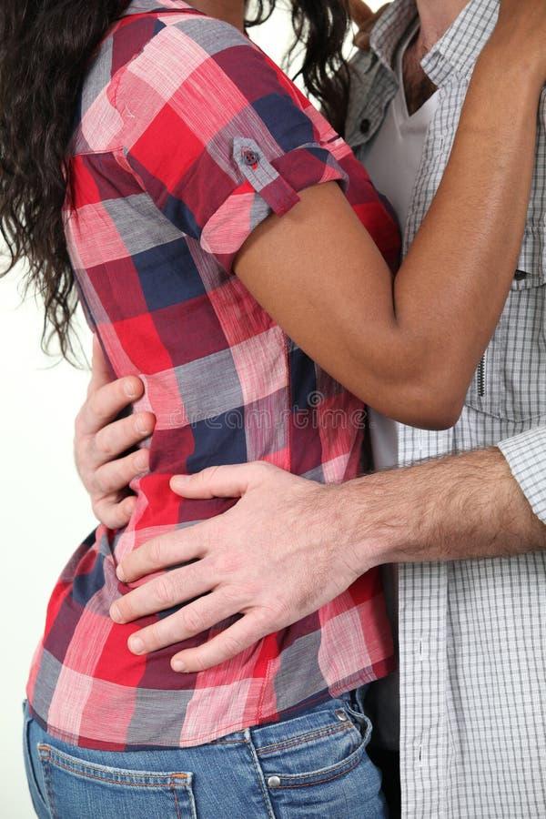 混合的族种夫妇拥抱 免版税图库摄影