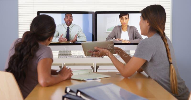 混合的族种工作在办公室的商人专业队  图库摄影
