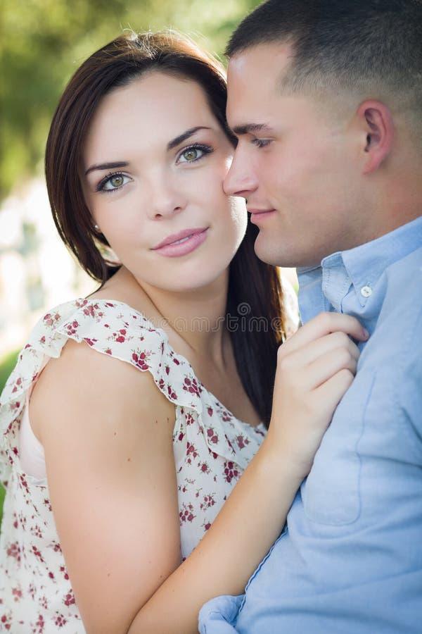 混合的族种浪漫夫妇画象在公园 免版税库存照片