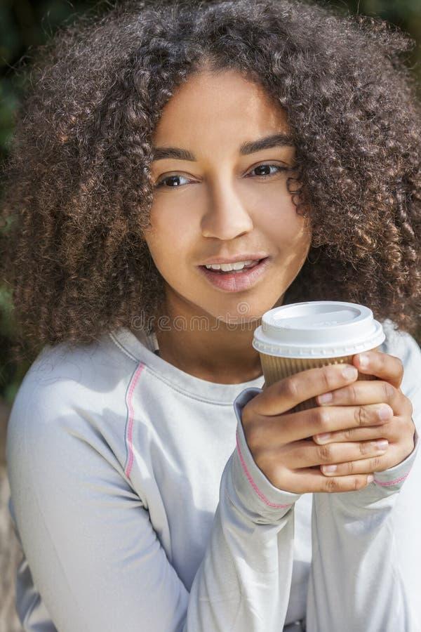 混合的族种非裔美国人的少年妇女饮用的咖啡 免版税库存照片