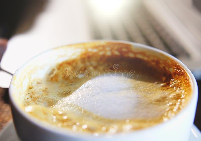 混合的有机糖到一个杯子拿铁咖啡里,慢动作 免版税图库摄影