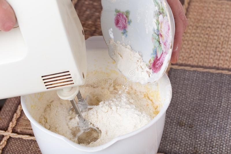 混合的面团用面粉 免版税图库摄影