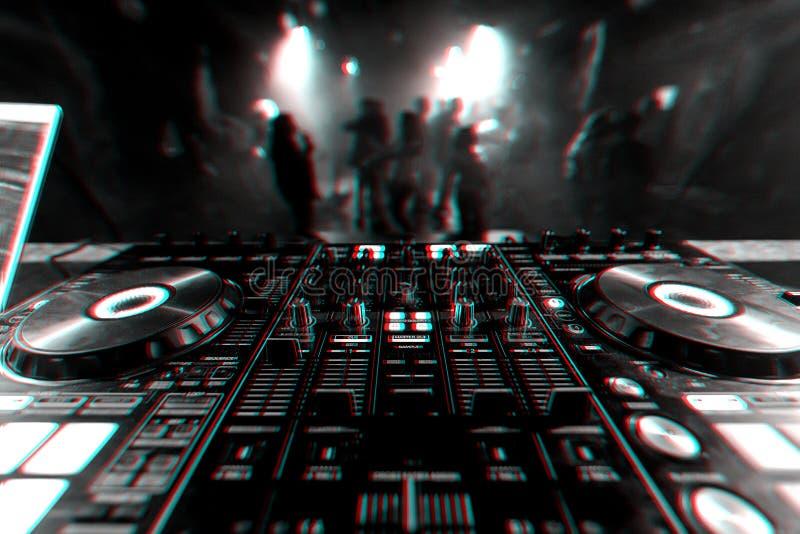 混合的音乐的专业DJ搅拌器控制器在夜总会 免版税库存照片