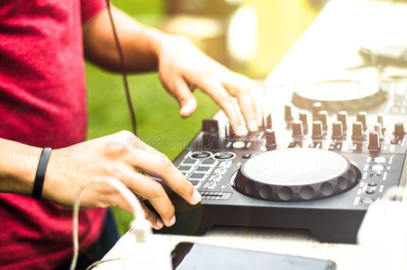 混合的Dj,演奏音乐搅拌器音频的节目播音员室外 免版税图库摄影
