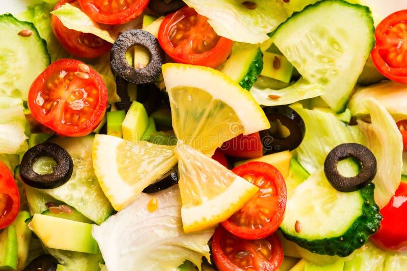 混合绿色和红色菜在沙拉纹理背景中 免版税库存照片