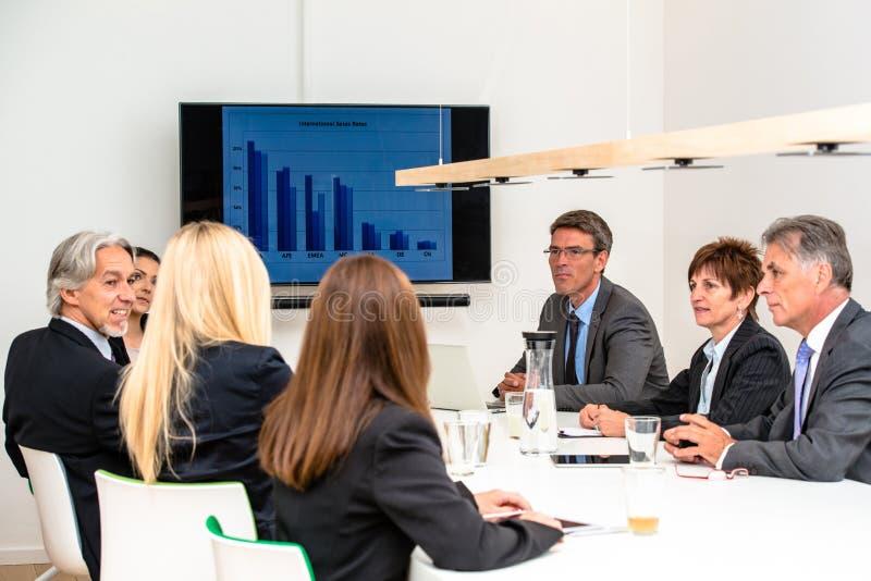 混合群在业务会议 库存图片