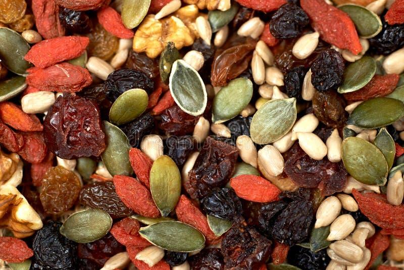 混合胡说的种子和干果子,在一张木桌上 免版税库存照片