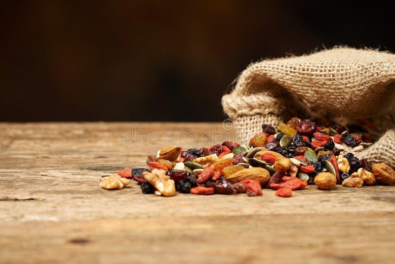混合胡说的种子和干果子,在一张木桌上 免版税图库摄影