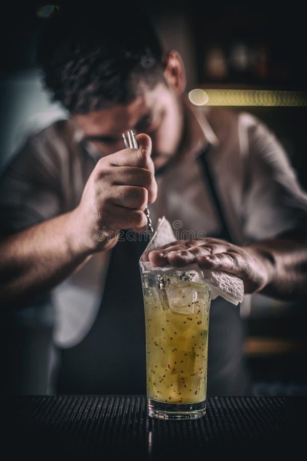 混合鸡尾酒的男服务员 图库摄影