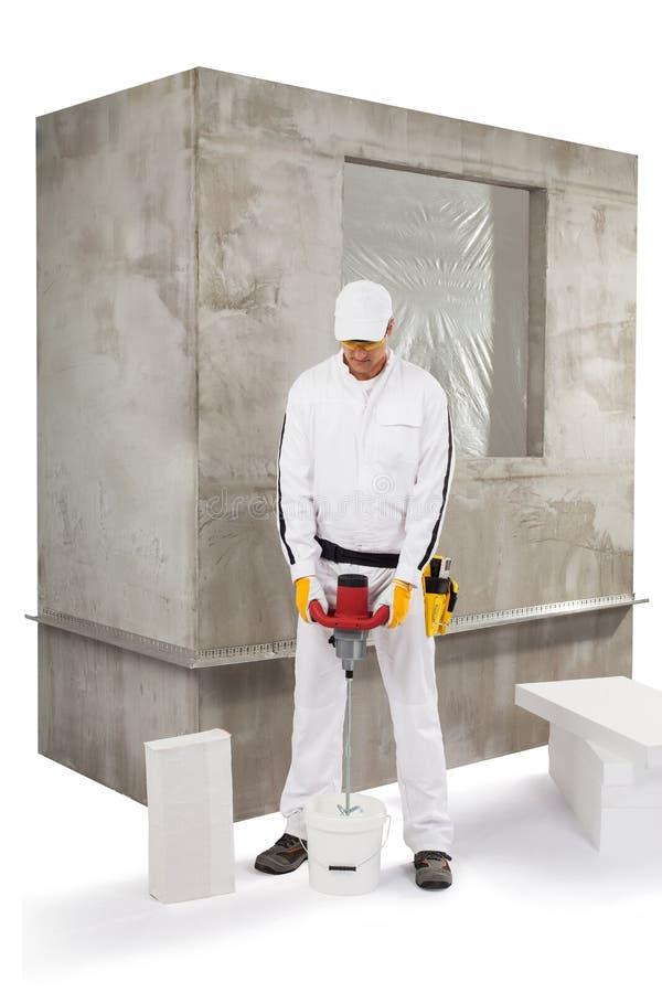混合绝缘材料胶粘剂的工作者 免版税库存图片