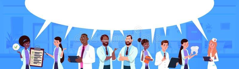 混合Standing Over White Chat医生泡影背景医学和医疗保健概念种族队  皇族释放例证