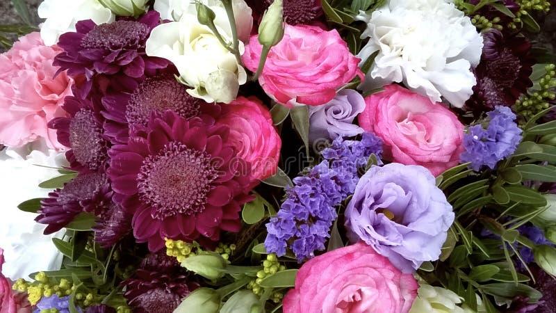 混杂的五颜六色的花春天花束  花花束包括菊花,lisianthus,桃红色玫瑰,白玫瑰 库存照片