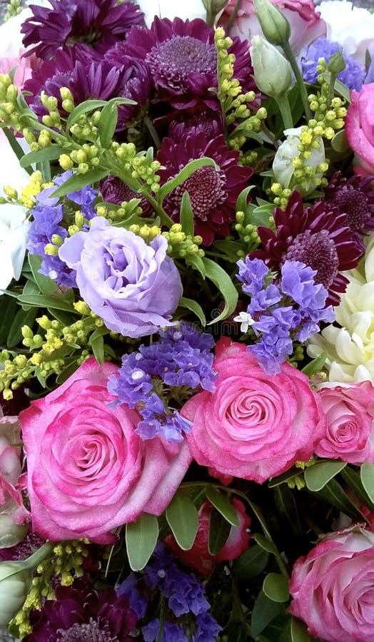 混杂的五颜六色的花春天花束  花花束包括菊花,lisianthus,桃红色玫瑰 美丽 图库摄影
