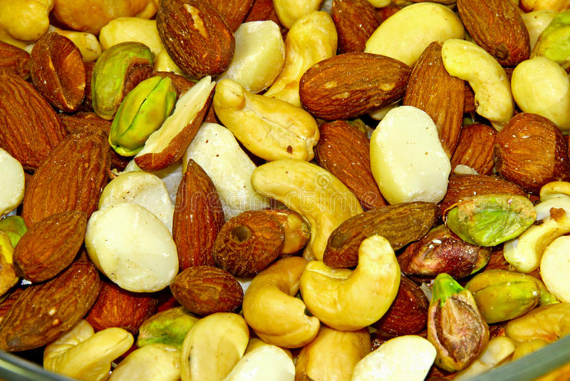 混杂的坚果自然敬酒的&被盐溶的杏仁 免版税库存图片