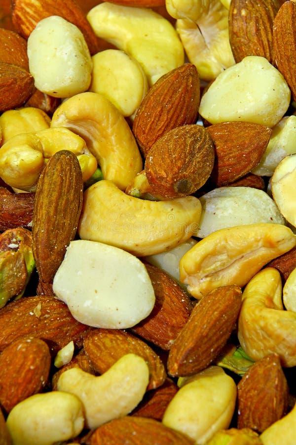 混杂的坚果自然敬酒的&被盐溶的杏仁 免版税库存照片