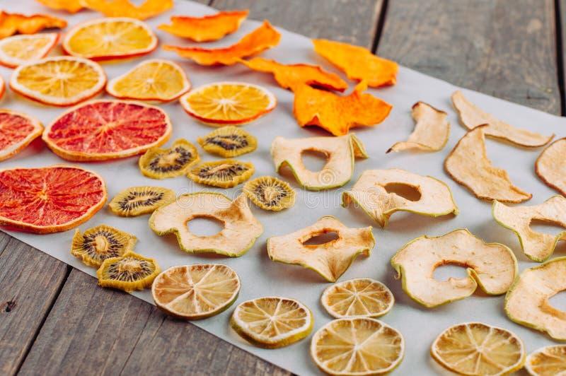 混杂的干水果和蔬菜切片 库存图片