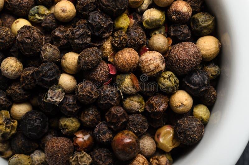 混杂的干胡椒宏观在白色碗从上面 免版税库存照片