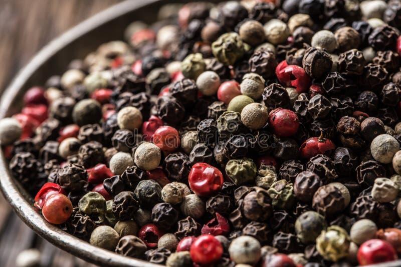 混杂的干胡椒红色黑白在碗-特写镜头 库存图片