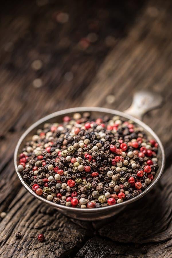 混杂的干胡椒红色黑白在碗-特写镜头 图库摄影