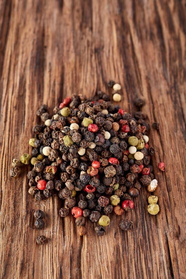 混杂的干胡椒 干式混合干胡椒 库存图片