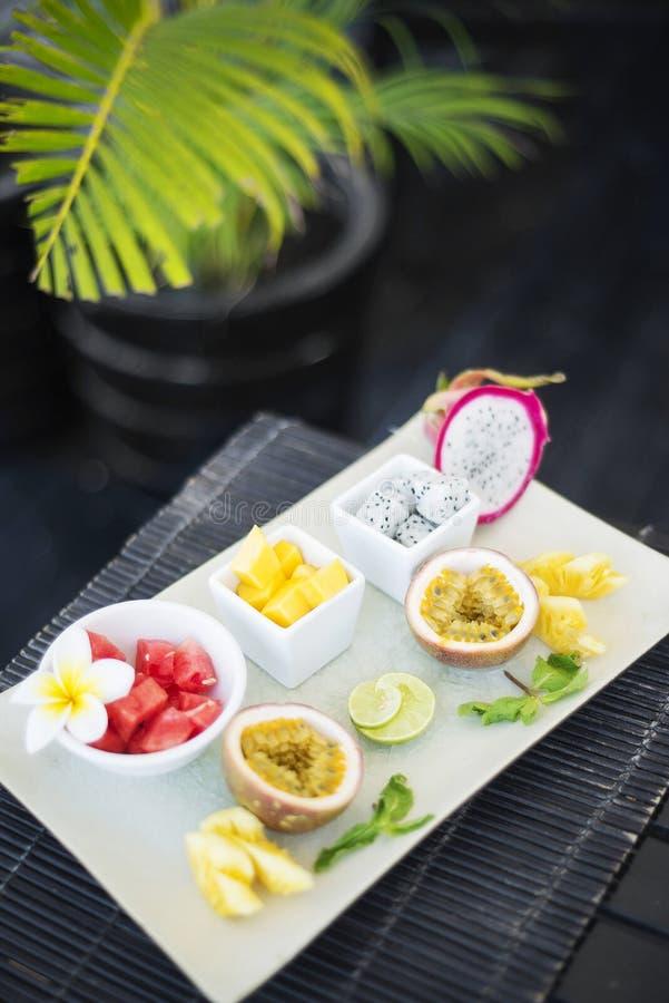 混杂的新鲜的热带水果盛肉盘 库存照片