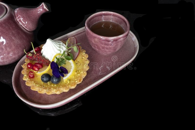 混杂的果子柠檬馅饼和茶杯 免版税库存照片