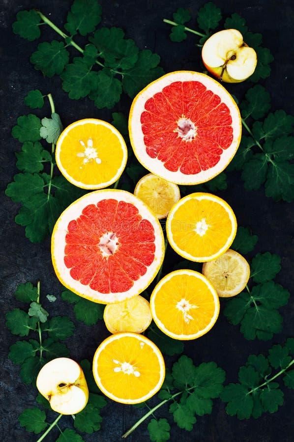 Download 混杂的欢乐五颜六色的热带和柑桔切在bla 库存图片. 图片 包括有 构成, 创造性, 申请人, 减肥, 自然 - 72356063