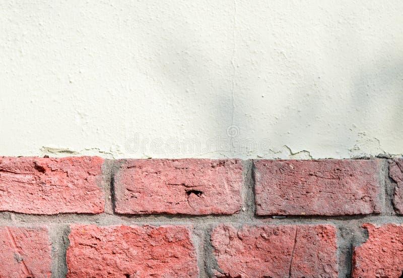 混杂的珊瑚砖和白色石墙背景 免版税库存图片