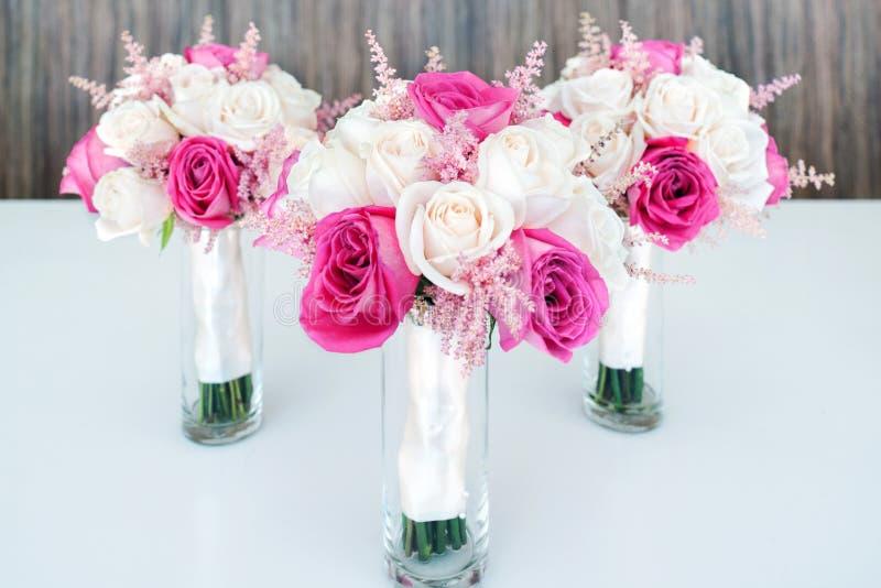 混杂的白色&桃红色玫瑰花束 库存照片