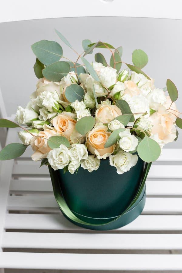 混杂的白花 浪花玫瑰和玉树花束在一个箱子在木桌上 复制空间 空白文本 库存照片