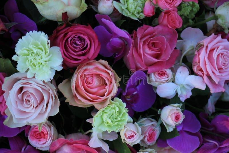 混杂的紫色桃红色花束 免版税库存图片