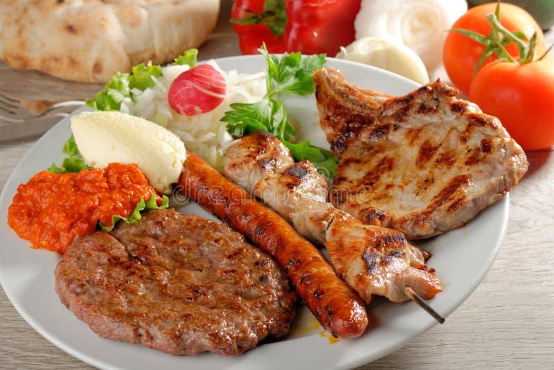 混杂的肉健康的盛肉盘,巴尔干食物 免版税库存照片