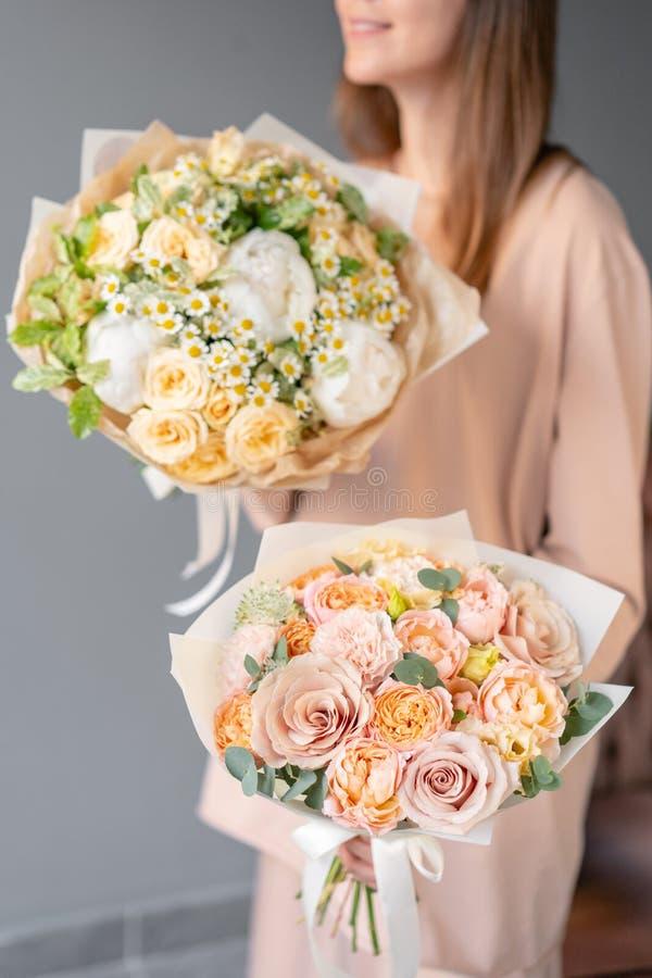 混杂的花两小美丽的花束在妇女手上 花卉商店概念 E 图库摄影