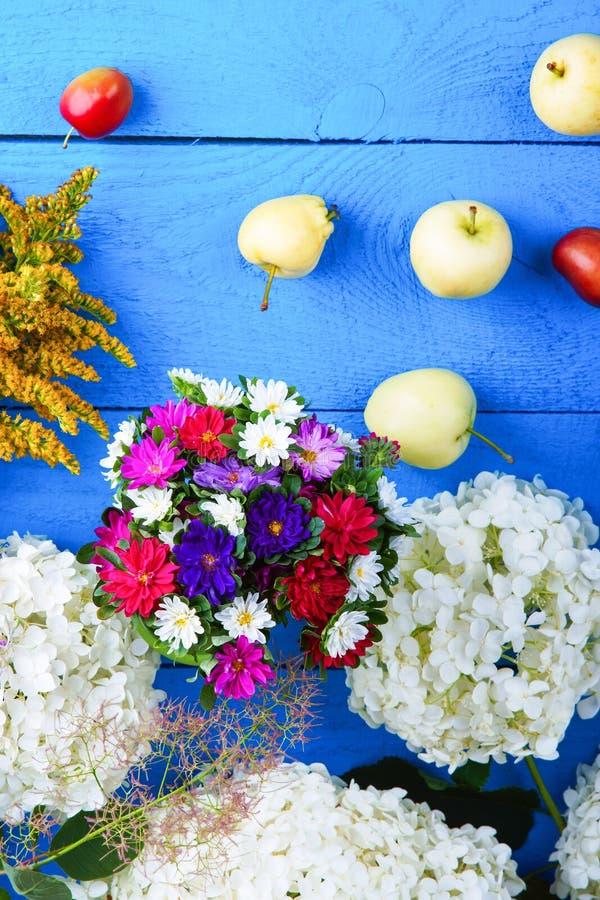 混杂的花和果子在桌上 库存照片