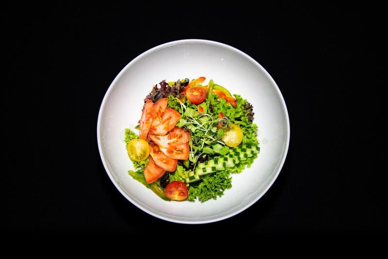 混杂的蔬菜沙拉用蕃茄和黄瓜 免版税库存照片