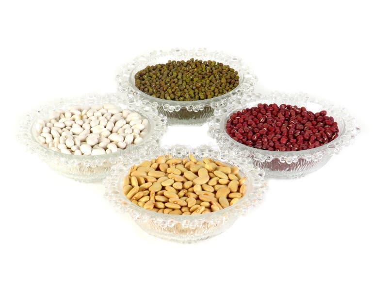 混杂的豆和在白色背景的玻璃碗 绿豆红色扁豆黄豆红豆绿色beanmillet 库存图片