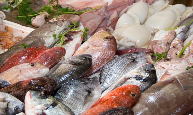 混杂的鱼在市场上的待售 免版税库存图片