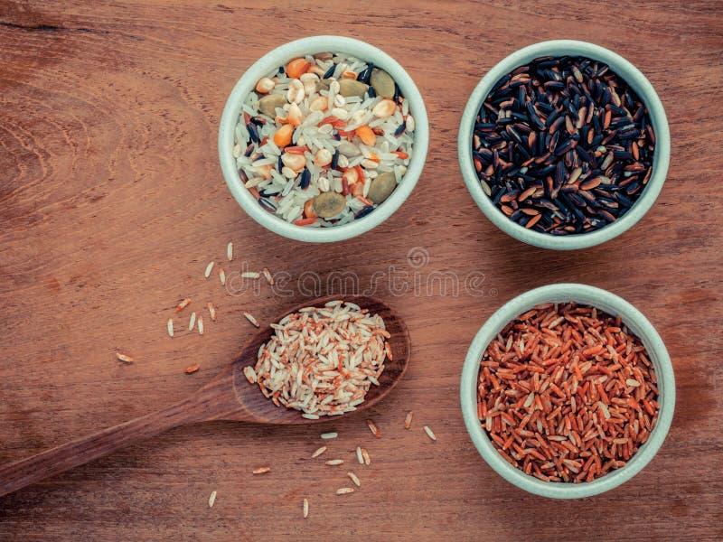 Download 混杂的整个在匙子和碗的五谷传统泰国米是 库存照片. 图片 包括有 聚会所, 收获, 茉莉花, 问题的, 食物 - 62527682