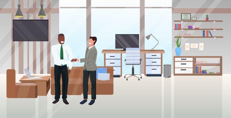 混血商人握手的合伙协议概念商人站在一起成功的交易模式 向量例证