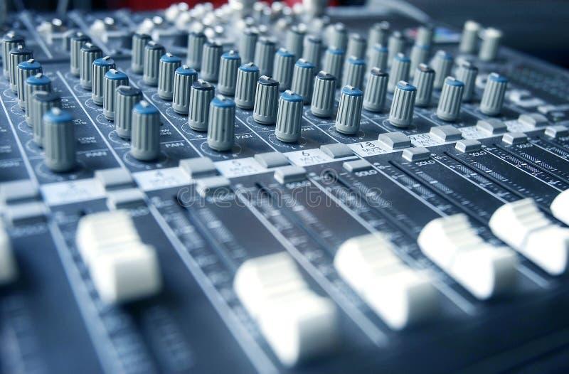混音器在蓝色定了调子 免版税库存图片