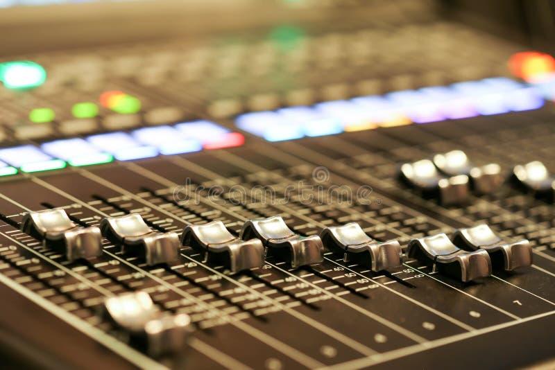 混音器控制的设备在演播室电视台,音频a 库存照片