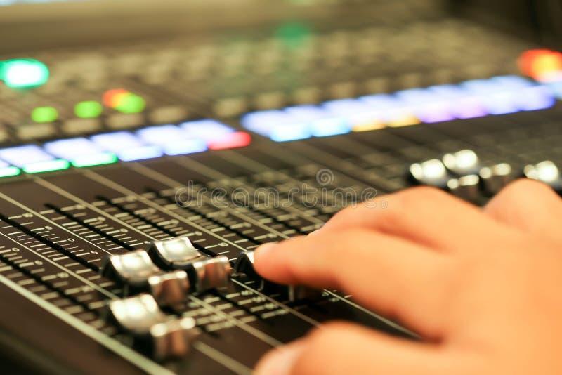 混音器控制的设备在演播室电视台,音频a 免版税库存图片