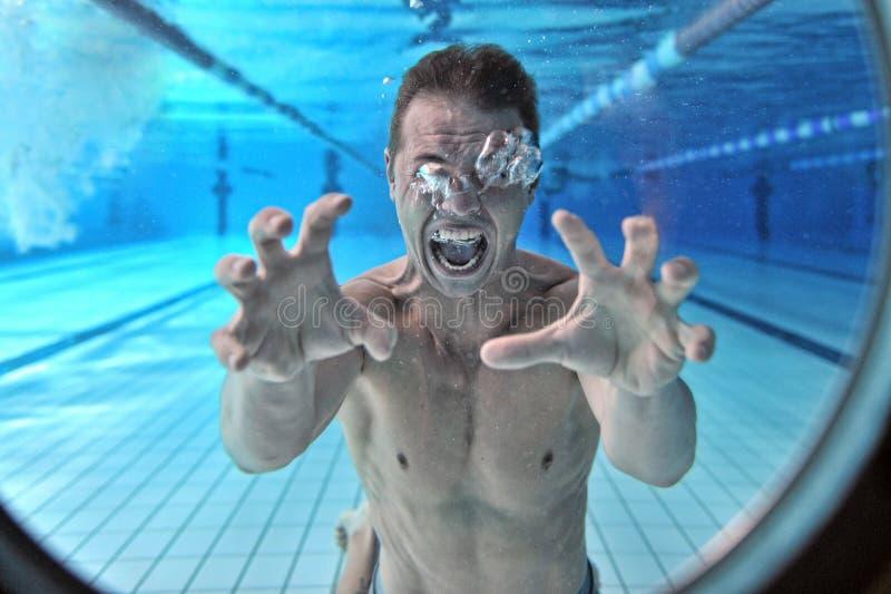 淹没人的潜水员在水面下 免版税库存照片